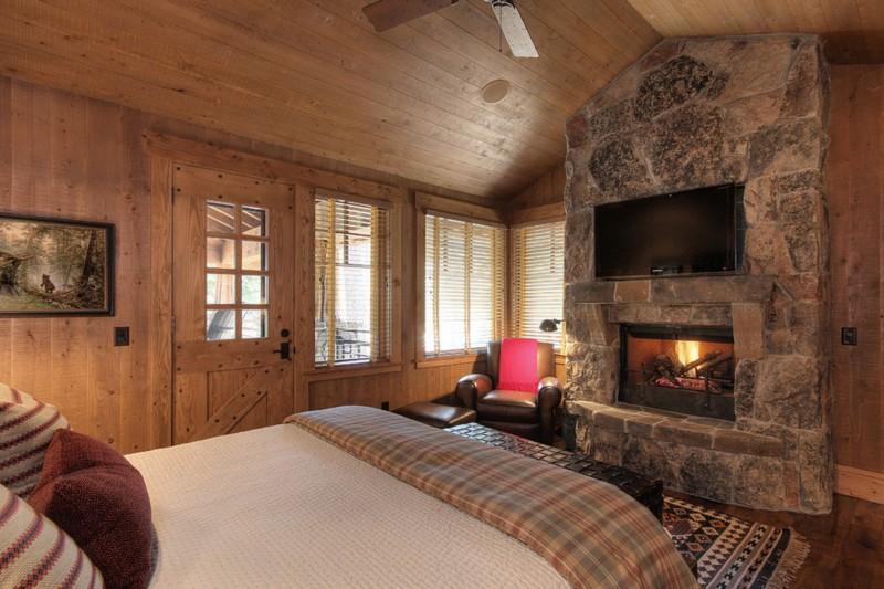 деревенская спальня с камином