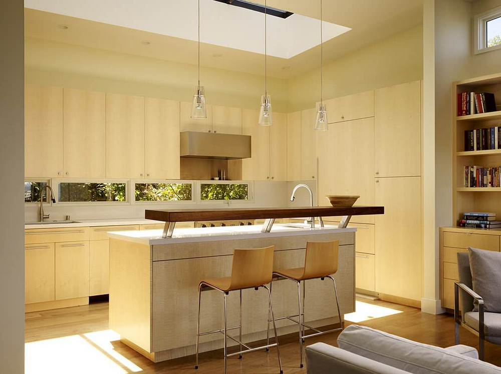 Skylight over kitchen and the raised breakfast bar - Isla de cocina ...
