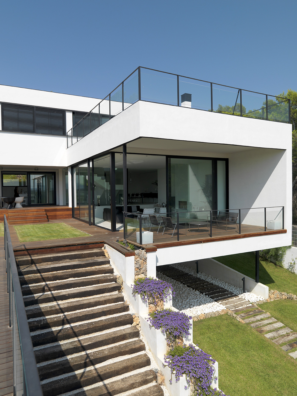 A fusion of black white ultra modern house is a Modern residence