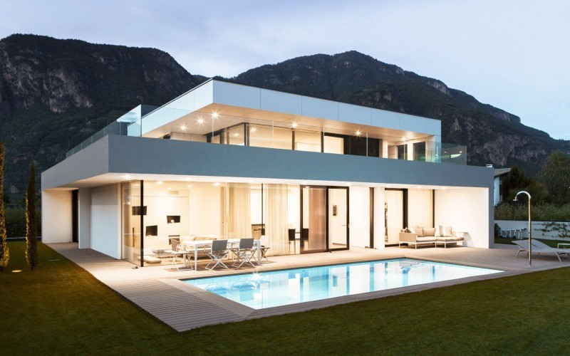 strahlend wei es modernes haus. Black Bedroom Furniture Sets. Home Design Ideas