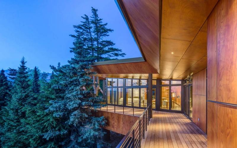 Современный деревянный дом в горах штата Аляска
