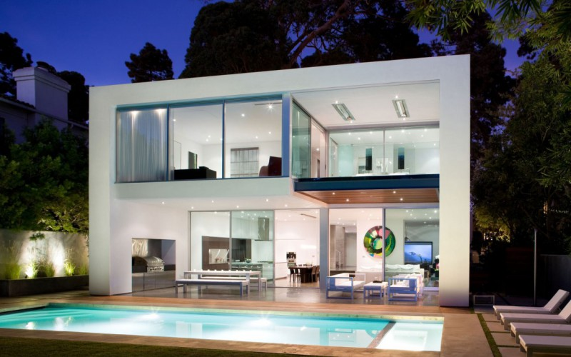 Modern in Santa Monica: Beautiful modern house in Santa Monica has contemporary interior with the addition of quirky art pieces