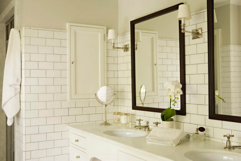 WHIte tiles bathroom